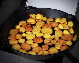 Rinderbäckchen aus dem Dutch Oven - dazu Bratkartoffeln