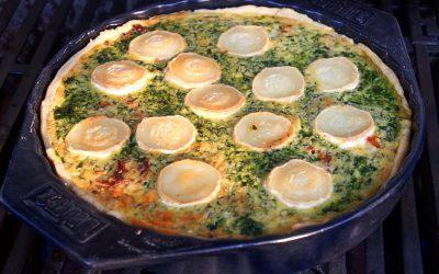 Bunte Quiche mit Ziegenkäse, Spinat und getrockneten Tomaten