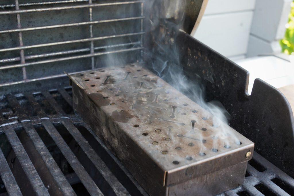 Nüsse räuchern auf dem Gasgrill