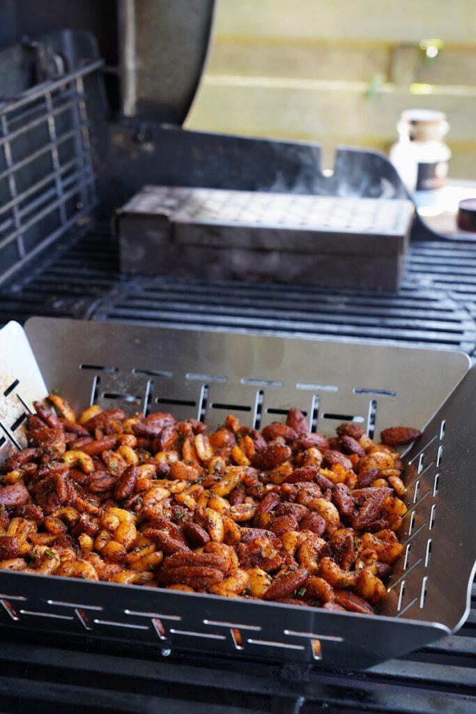 Nüsse räuchern auf dem Gasgrill - Nüsse in einer gelochten Pfanne